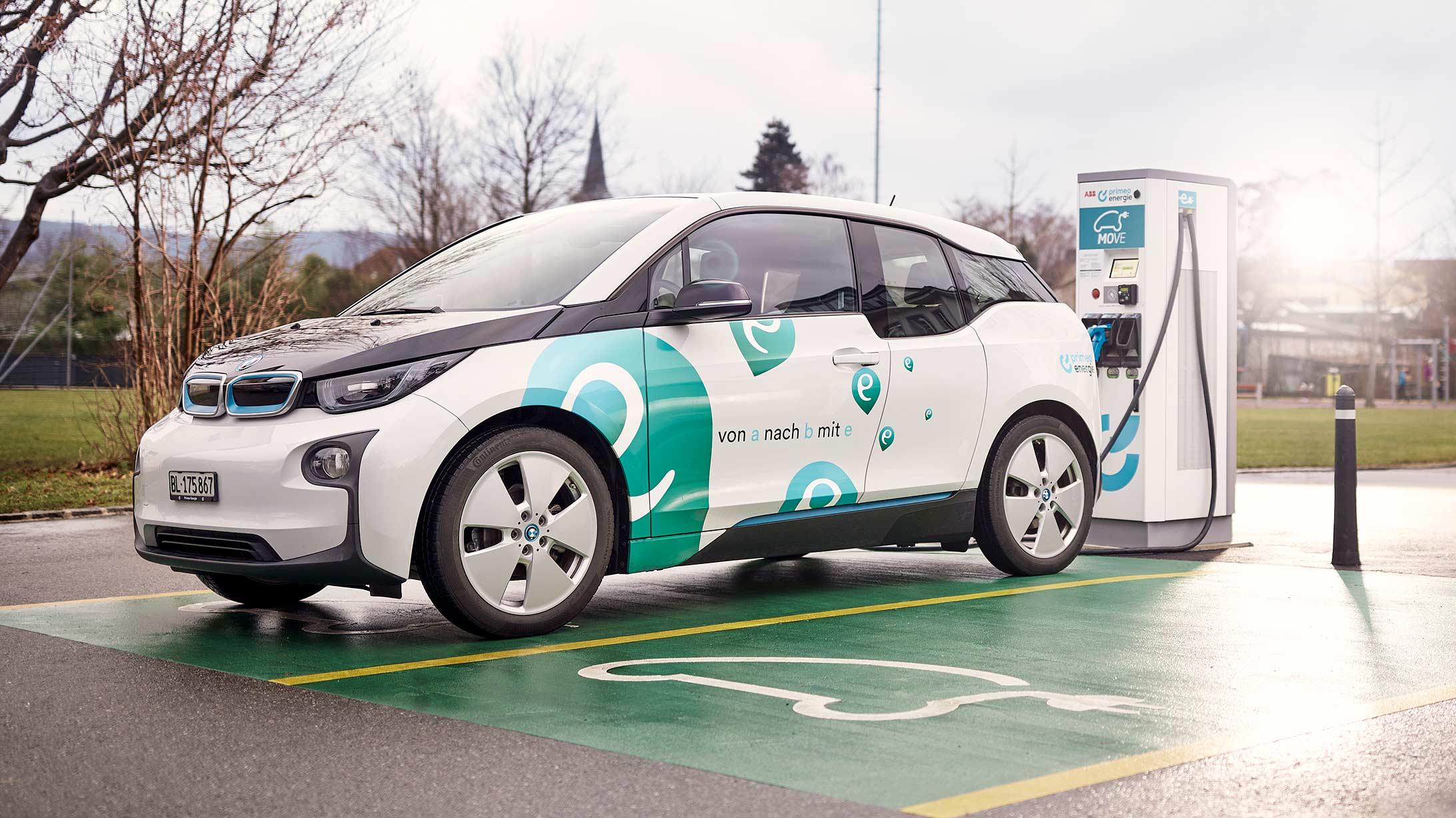 Ein Elektroauto der primeo energie wird an einer Ladestation geladen.