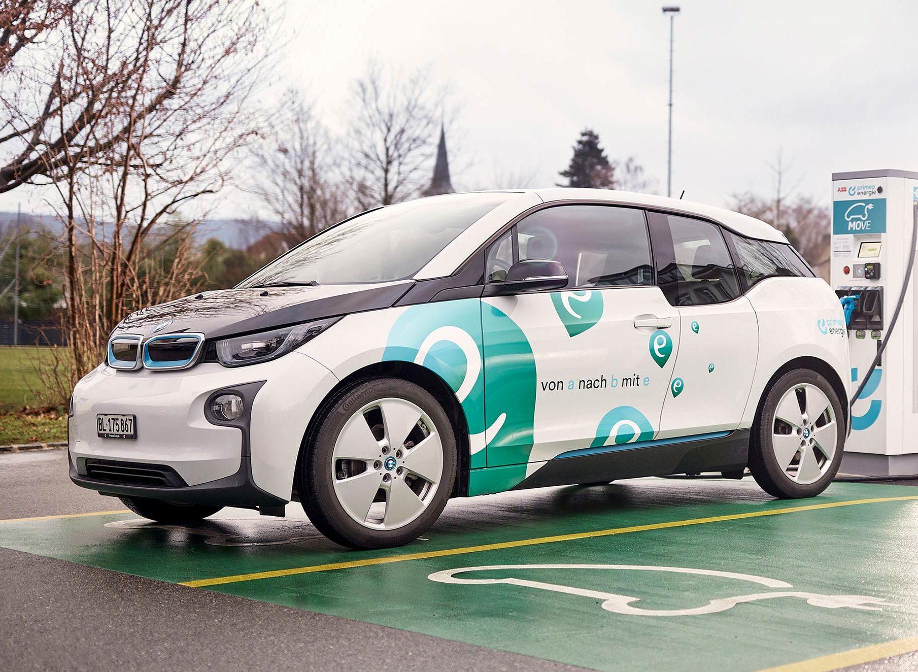 Elektromobilität - Ein Elektroauto an einer Ladesäule