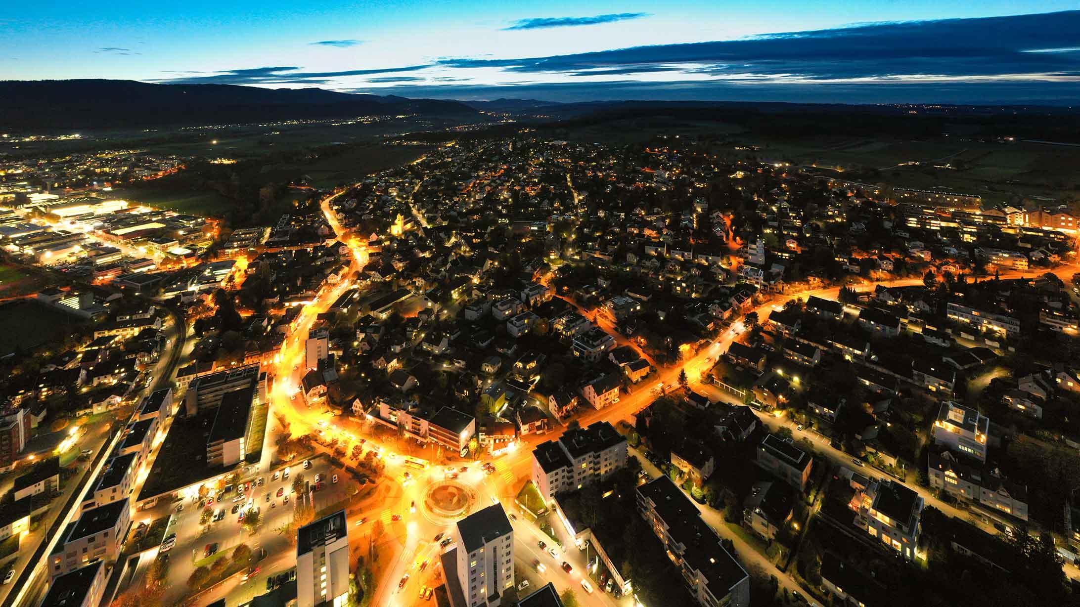 Luftaufnahme der Baslerstrasse in Allschwil bei Nacht